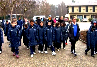American team of kids after a camp for beginners visitiing Milanello, as important philosophy to grow up following the fair play of Sport with our Football soccer school, Italian football soccer school to the world thanks to WBN and AIAC - the Italian football soccer association of coaches - the Italian football soccer school offers to the international players and teams the World Champions technical and tactical training to the USA soccer teams, Canada soccer players, UAE soccer league, Saudi Arabia teams, Australia teams and soccer players. We offer also customized training for soccer lovers as begineers camps, young soccer camps, girls football soccer training and professional Italian soccer Coaches for your team, our Italian soccer school offers the most prestige and winner Football Soccer coach camps and training in the world ready to coach in your country and become a Champion in your league